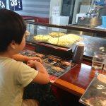 「目の前で料理人がじゅうじゅう焼くのを見ながら食べる!|お好み焼味のシマダ近見店」くまとR子の子育て日記(196日目)